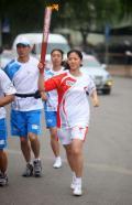 图文-奥运圣火在唐山传递 乒球世界冠军牛剑锋