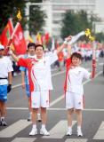 图文-奥运圣火在河北唐山传递 杜鹃与鞠广来展示