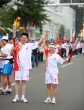 图文-奥运圣火在河北唐山传递 张婷与王汉铭交接