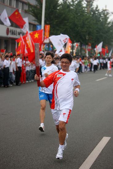 图文-奥运圣火在河北唐山传递 陈文斌手持火炬