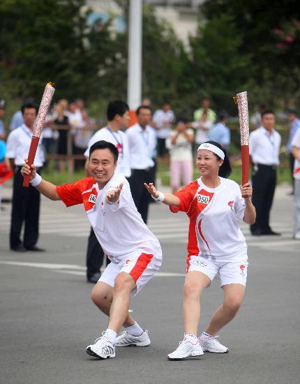 图文-奥运圣火在河北唐山传递 宋有洪与张兰菊交接