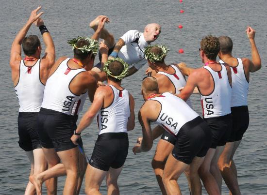 图文-他们这样庆祝胜利 美国队把舵手扔进水里