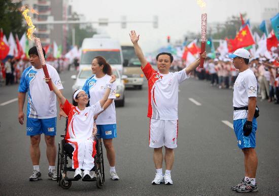 图文-奥运圣火在河北唐山传递 葛昌玉与李禹辉交接