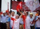 图文-奥运圣火在唐山传递 火炬交接时共同展示火炬
