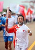 图文-奥运圣火在唐山传递 火炬手关玉良激动不已