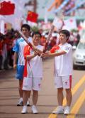 图文-奥运圣火在唐山传递 火炬手梁剑与李长禄
