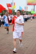 图文-奥运圣火在唐山传递 火炬手王浩传递