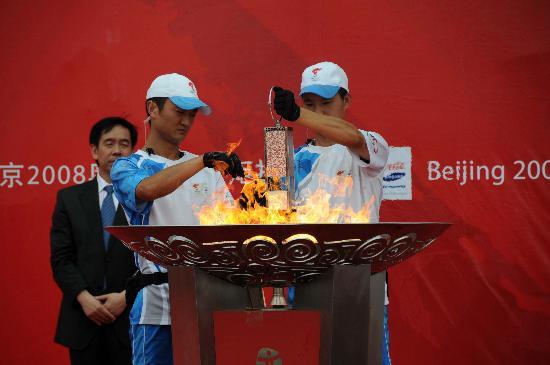 图文-奥运圣火在唐山传递 将火种引回火种灯