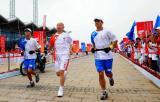 图文-奥运圣火在天津传递 火炬手葛优在进行传递