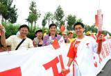 图文-奥运圣火在天津传递 火炬手罗树郁与家人合影