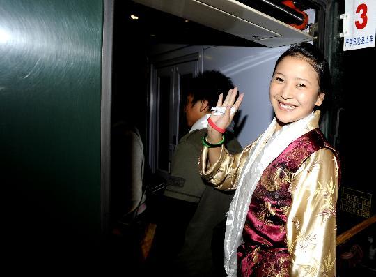 图文-西藏奥运志愿者启程赴京 向送别人群告别