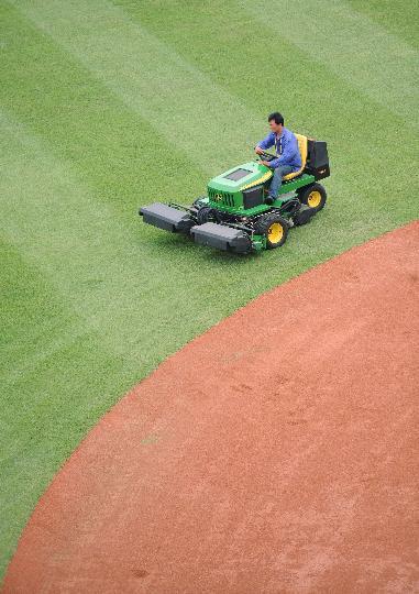 图文-丰台垒球场为奥运比赛做准备 各项工作有序进行