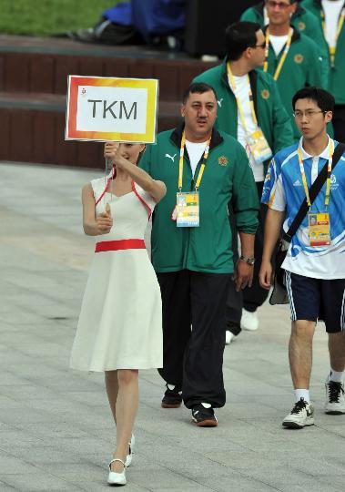 图文-土库曼斯坦代表团举行升旗仪式 礼仪小姐领队
