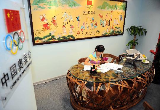 图文-中国奥委会进驻主新闻中心 办公室充满中国味