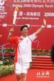 图文-北京奥运圣火在天津传递 孔祥瑞招手示意