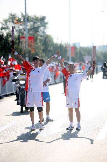 图文-奥运圣火继续在天津传递 完成交接后展示火炬