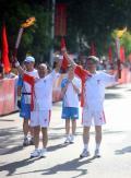 图文-奥运圣火继续在天津传递 顺利交接完火炬
