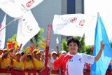 图文-奥运圣火继续在天津传递 俞艳津微笑传递火炬