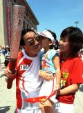图文-奥运圣火继续在天津传递 小女孩送上冰吻