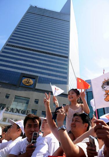 图文-奥运圣火继续在天津传递 群众沿途加油助威