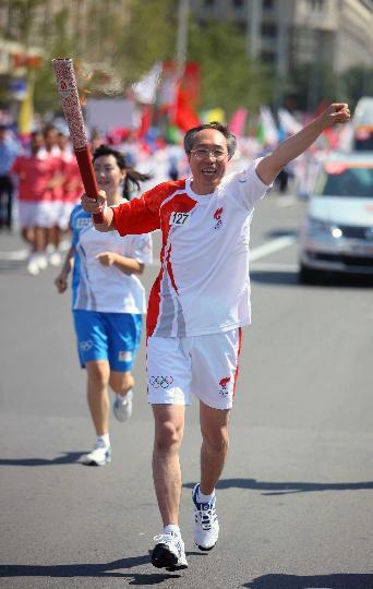 图文-北京奥运圣火继续在天津传递 火炬手戴林