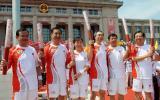 图文-奥运圣火继续在天津传递 抵达终点后合影