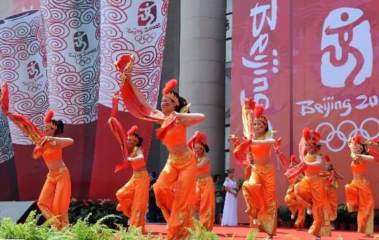 图文-奥运圣火继续在天津传递 结束仪式上的表演