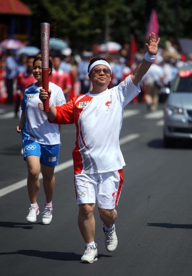 图文-奥运圣火继续在天津传递 火炬手郎景和在传递