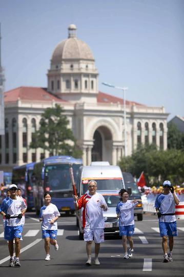 图文-奥运圣火继续在天津传递 龚培山手持火炬