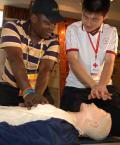 图文-奥运外籍志愿者岗前受训 学习急救知识