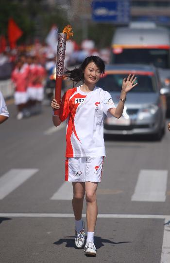图文-奥运圣火继续在天津传递 叶栩邑手持火炬传递