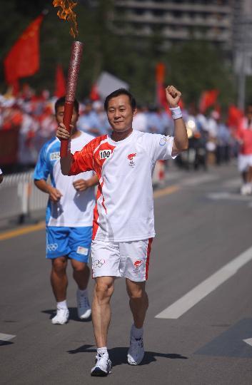 图文-奥运圣火继续在天津传递 郭志刚手持火炬传递