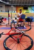 图文-中国场地自行车队备战奥运 训练前准备很认真