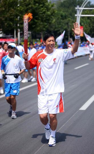 图文-奥运圣火继续在天津传递 王宝泉手持火炬传递