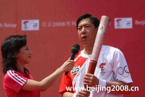 图文-奥运圣火继续在天津传递 王宝泉接受采访