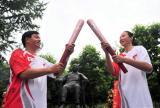 图文-奥运圣火四川广安传递 小平铜像前交接圣火