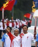 图文-奥运圣火在四川广安传递 肩并肩我们在一起