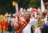 图文-奥运圣火在乐山传递 谭国强微笑传火炬