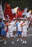 图文-奥运圣火在乐山传递 火炬手拍胸膛展雄心