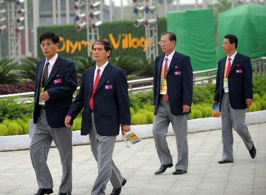 图文-朝鲜代表团举行升旗仪式 团员三三两两入场