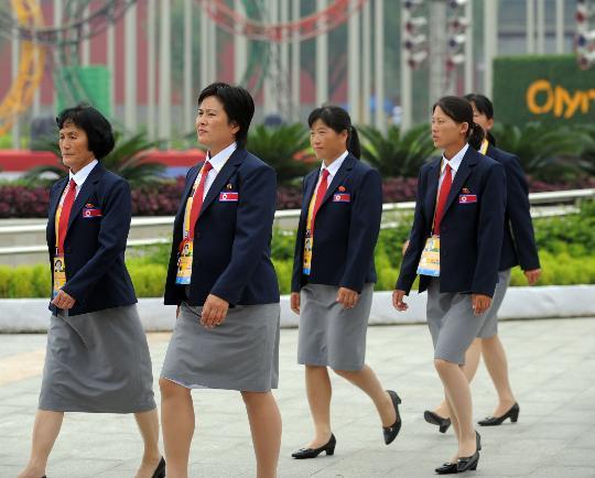 图文-朝鲜代表团举行升旗仪式 女团员进入会场