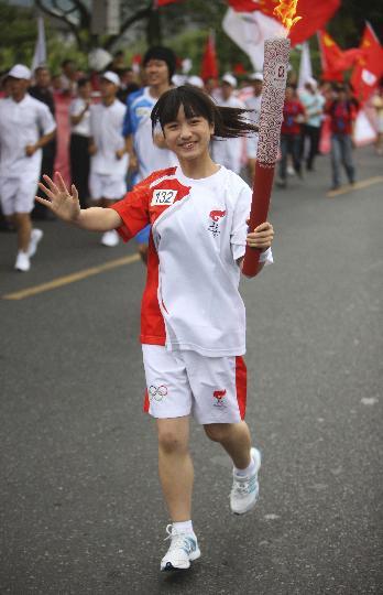 图文-奥运圣火在乐山传递  手持祥云踏着轻盈的步伐