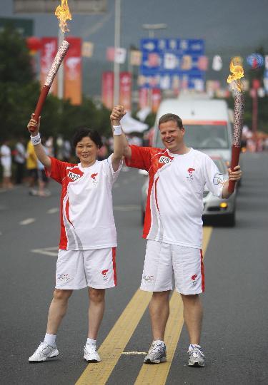 图文-奥运圣火在乐山传递 中西为奥运同舟共济