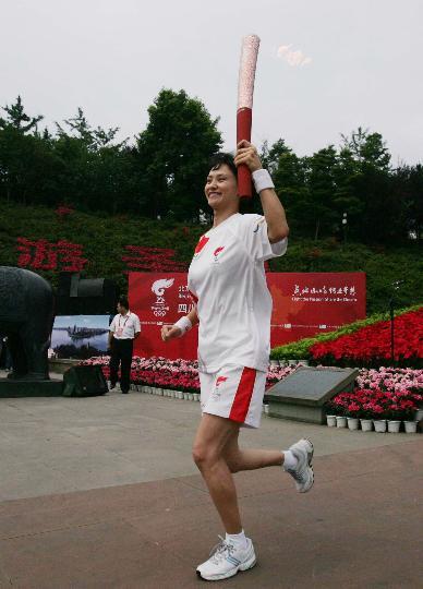 图文-奥运圣火在乐山传递 第一棒火炬手高敏