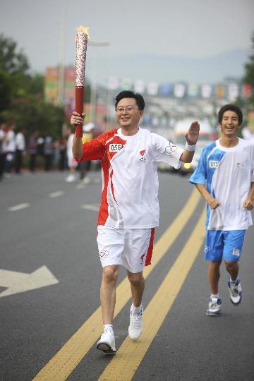 图文-奥运圣火在乐山传递 陈如东热情传递