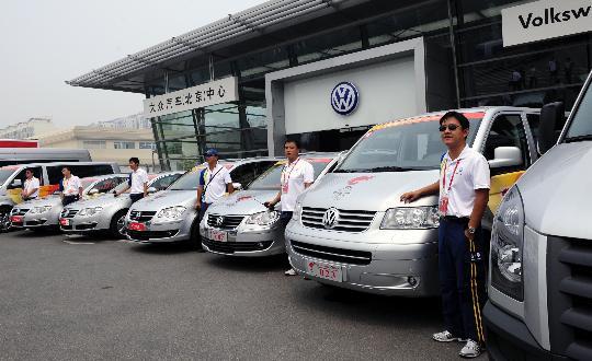 图文-北京奥运火炬接力车队抵京 司机和爱车合影