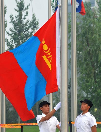 图文-蒙古国代表团举行升旗仪式 国旗飘扬在奥运村