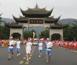 图文-北京奥运圣火在乐山传递 罗华琴手持火炬