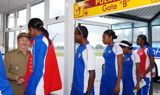 图文-卡斯特罗迎接古巴代表团回国 一一握手而出