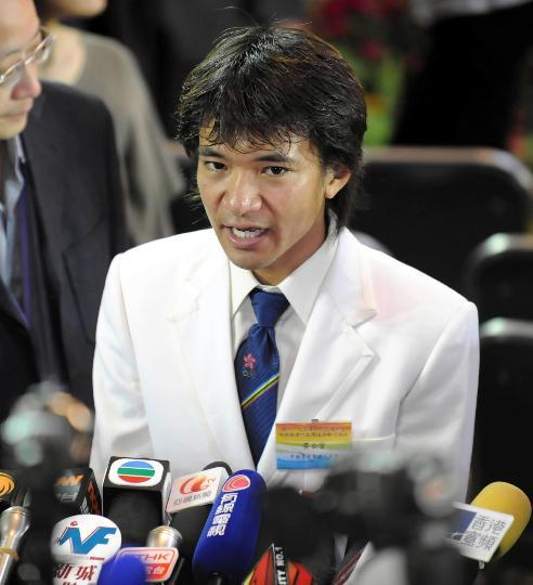 图文-香港奥运健儿返港受到欢迎 黄金宝接受采访